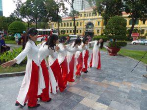 Tanzgruppe vor dem Postamt in Saigon. © Foto: Dr. Bernd Kregel, 2016