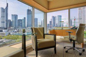 Blick aus einem Zimmer des Hilton Frankfurt City Centre auf die Skyline von Mainhattan. © Hilton Worldwide