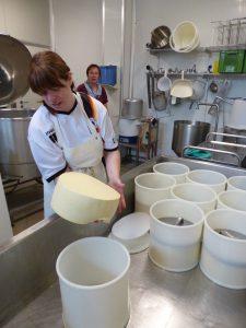Käseherstellung ist Handarbeit. © Foto: Rainer Hamberger, 2016