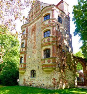 Es gibt ein altes und ein neues Schloss Freyenstein, hier das alte mit Abort-Erker (rechts) und Terrakotta-Figuren an der Fassade. © Foto: Elke Backert, 2016