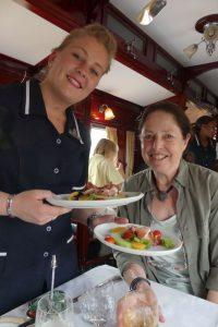 Servieren einer Mahlzeit im Speisewagen. © Foto: Bernd Kregel