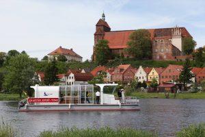 Pontonboot vor dem Dom auf dem Havelberg. © Art-Hotel Kiebitzberg