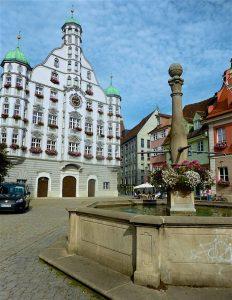 Das 1589 errichtete Rathaus wurde im 18. Jahrhundert neu gestaltet mit geschweiftem Giebel, feinem Stuck und eleganten Türmen. © Foto: Elke Backert