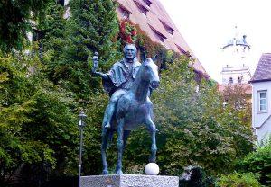 """Die Statue Welf VI. zeigt den """"Herzog von Spoleto, Markgraf von Tuszien, Fürst von Sardinien und Korsika, Herzog in Bayern, Herr über Memmingen, gestorben 1191 in Memmingen"""". © Foto: Elke Backert"""
