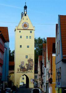 """Die moderne Bemalung am Ulmer Tor nimmt Bezug auf den Einzug von König Maximilian in """"seine"""" Reichsstadt Memmingen im Jahre 1489. © Foto: Elke Backert"""