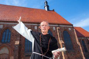 Dominikaner vor Kirche. © 2016 Landratsamt Elbe-Elster (Le2016)