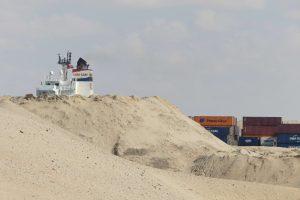 Wüstenschiff hinter hoher Sanddüne. © 2016, Foto: Dr. Bernd Kregel