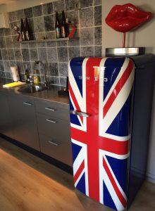 Cooler Kühlschrank mit Britflag im Apartment Hermann Brod im Dutch Masters in Amsterdam. © 2016, Münzenberg Medien, Foto: Stefan Pribnow