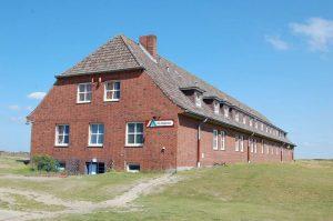 Das Haus Nils Holgersson ist eines der Gebäude der Jugendherberge Mövenberg bei List auf Sylt. © DJH-Landesverband Nordmark e.V.