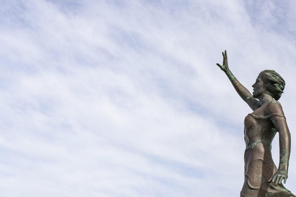 """Die Bronzefigur """"S.O.S. Save our Seas"""" auf der Promenade."""