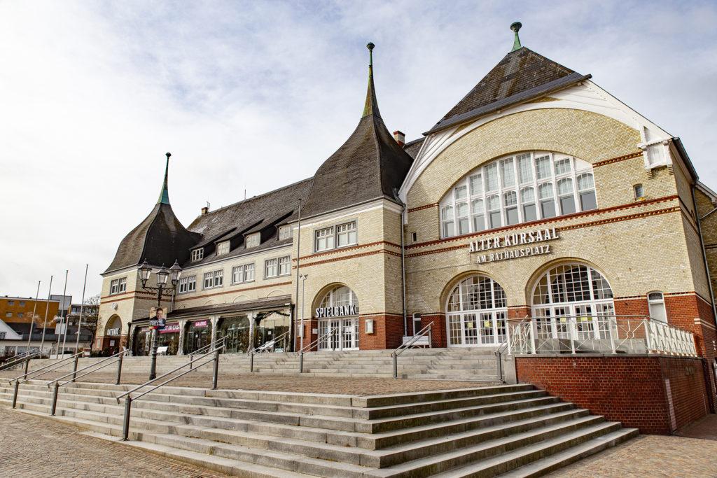 Der alte Kursaal samt Rathaus.