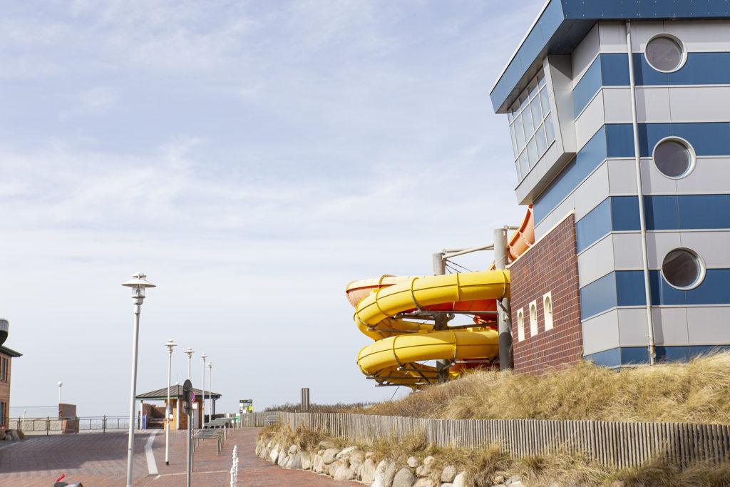 """Das Erlebnisbad """"Sylter Welle"""" auf der Promenade hat im Lockdown natürlich auch geschlossen."""
