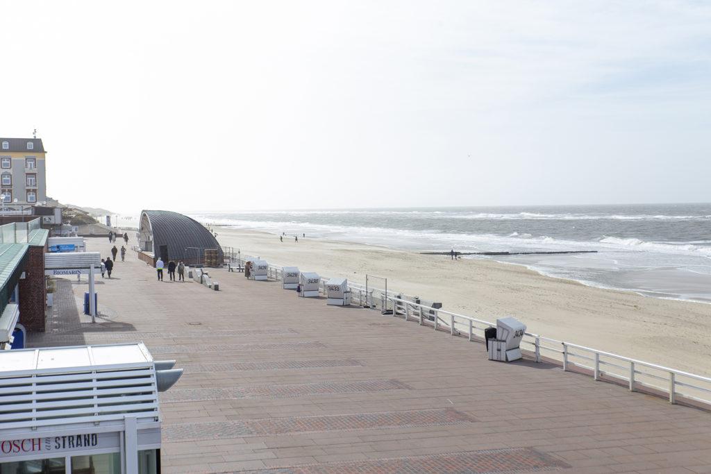 Der Blick auf die Promenade und die Nordsee.