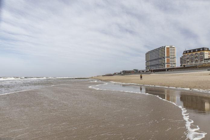 Die alten Hotelbauten dominieren die Ansicht vom Meer.