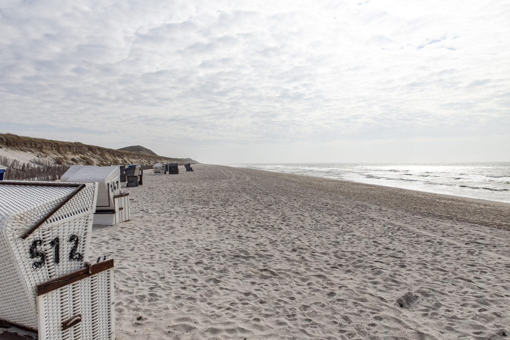 Unterhalb am Strand ist es derzeit recht ruhig – bis auf die To-Go-Genießer.