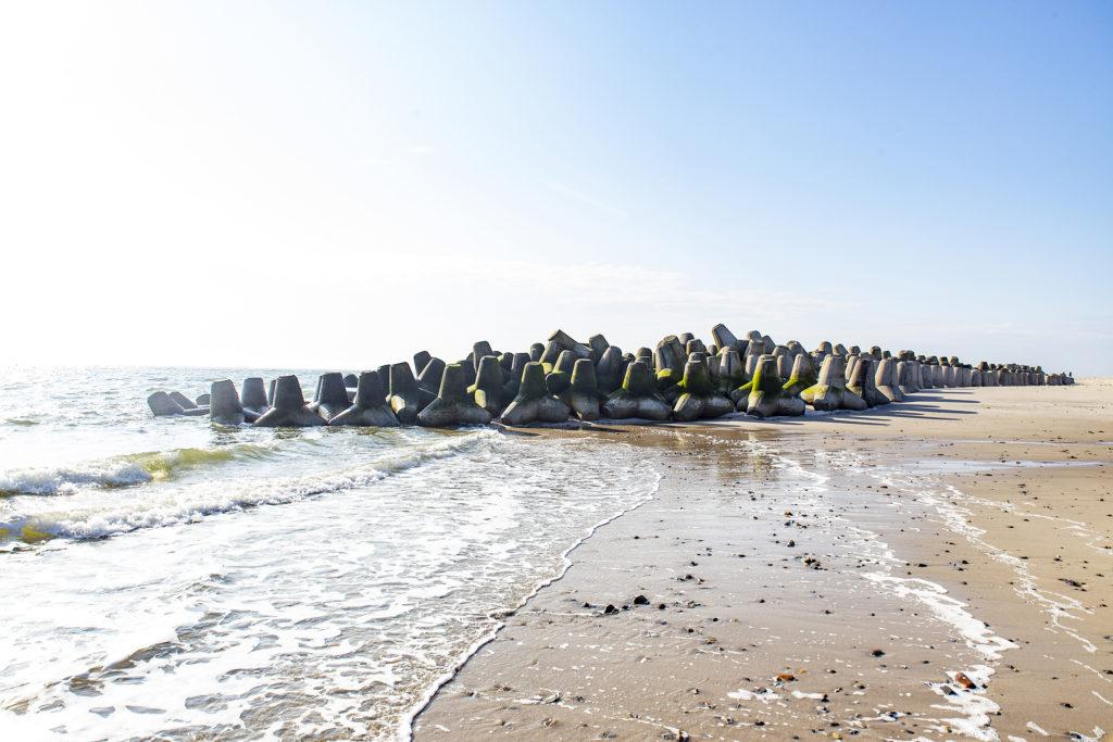 Die Tetrapoden, die heute unnütz am Strand liegen.