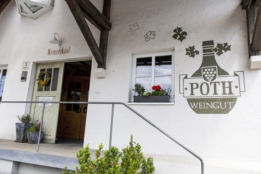 Das große Logo am Eingang begrüßt die Gäste im Weingut Poth.