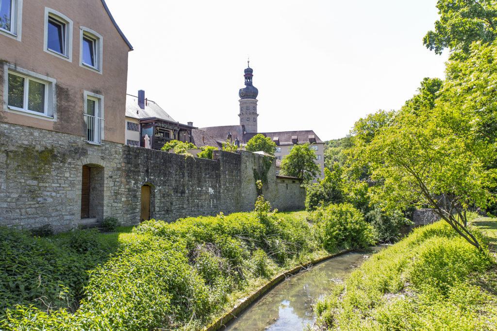 Die Tauber vor der Stadtmauer von Weikersheim.