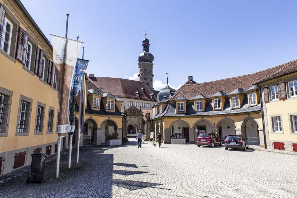 Das Schloss ist markant für das Stadtbild von Weikersheim.