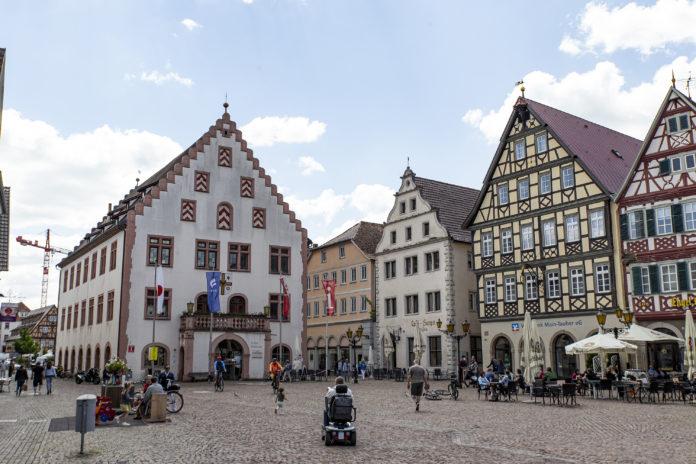 Der Marktplatz und das alte Rathaus in Bad Mergentheim.
