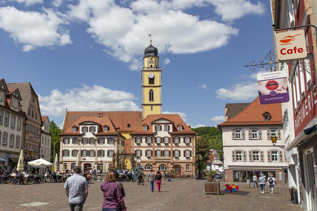 Der Marktplatz – die Zwillingshäuser wurden 1780 im frühklassizistischen Stil errichtet.
