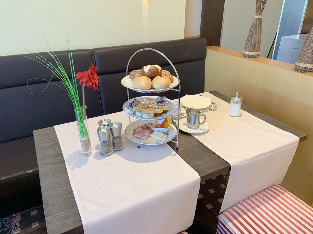 Die essenziellen Teile des Frühstücks stehen hübsch und hygienisch auf Etageren direkt auf dem Tisch anstatt auf dem Büffet.
