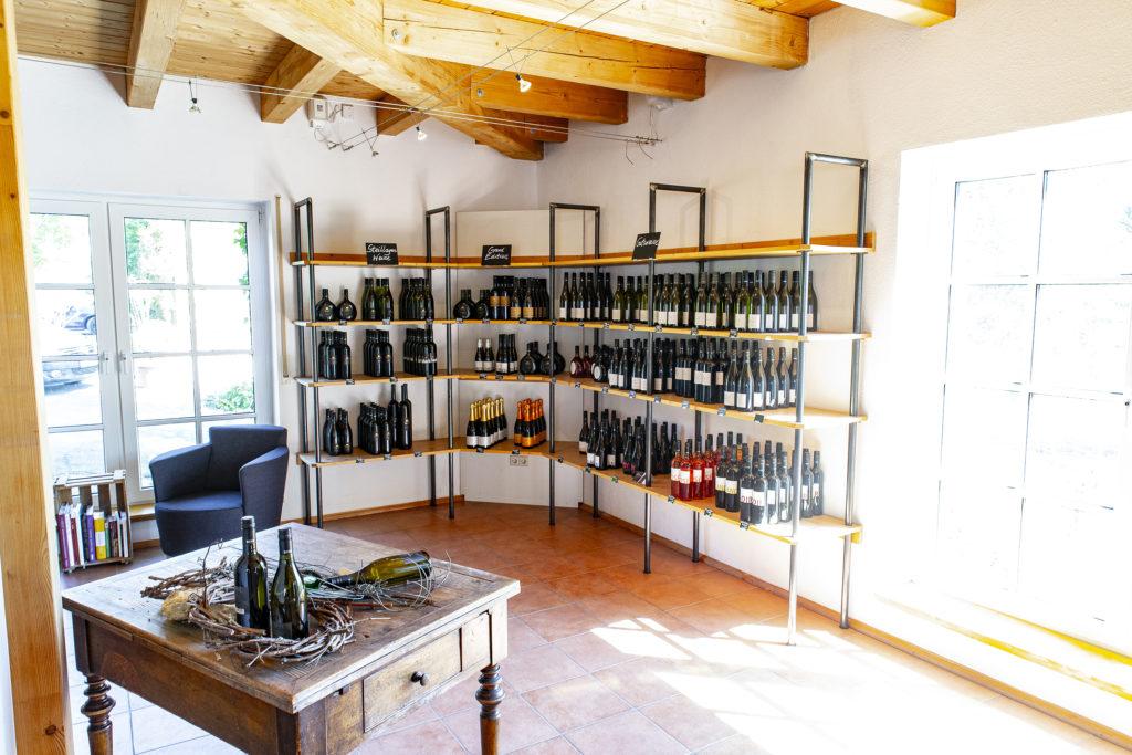 Der Verkaufs- und Verkostungsraum im Weingut Benz.