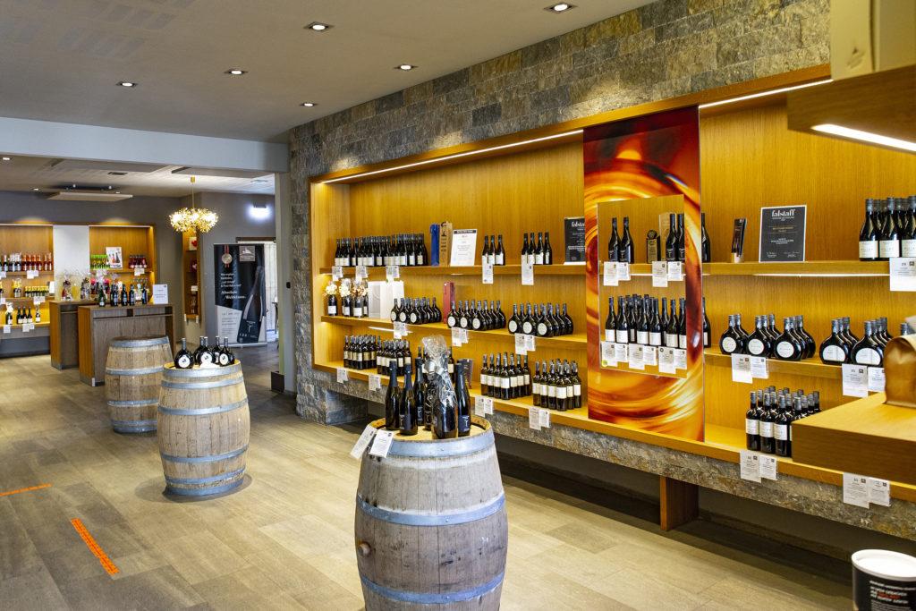 Topmodern, hell und freundlich ist die Vinothek bei den Becksteiner Winzern.