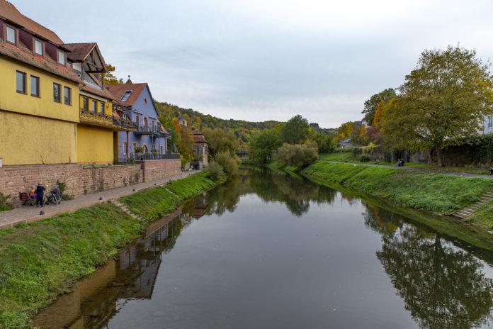 Die Tauber kurz vor der Mündung in den Main in Wertheim.