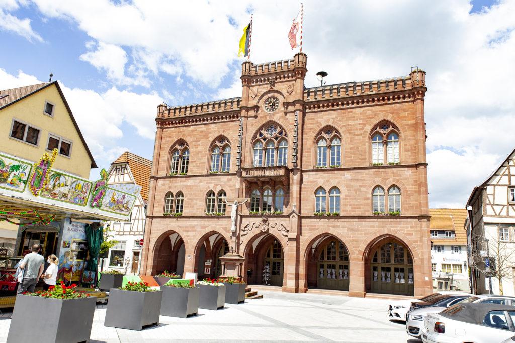 Das neugotische Rathaus von Tauberbischofsheim wurde von 1865 bis 1867 gebaut.