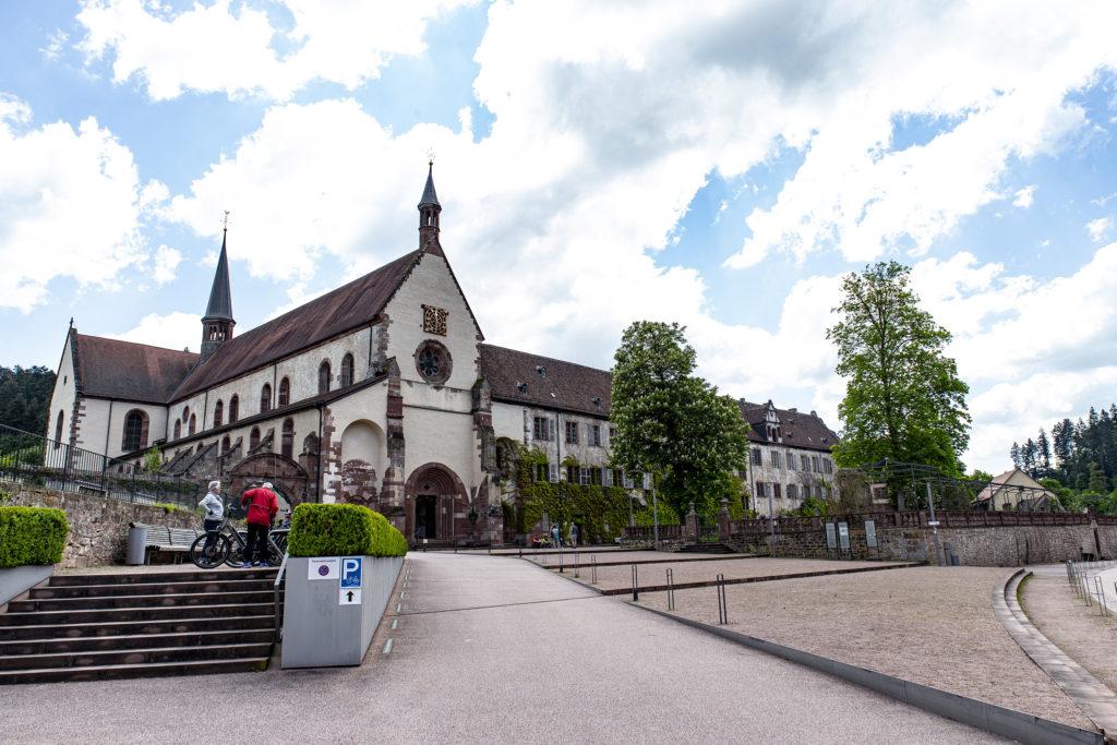 Das Kloster Bronnbach bettet sich wunderschön ins Taubertal ein.