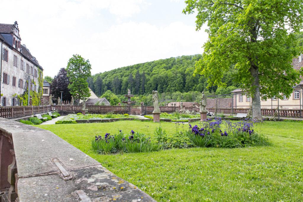 Der kleine Park direkt vor dem Hauptgebäude des Klosters.
