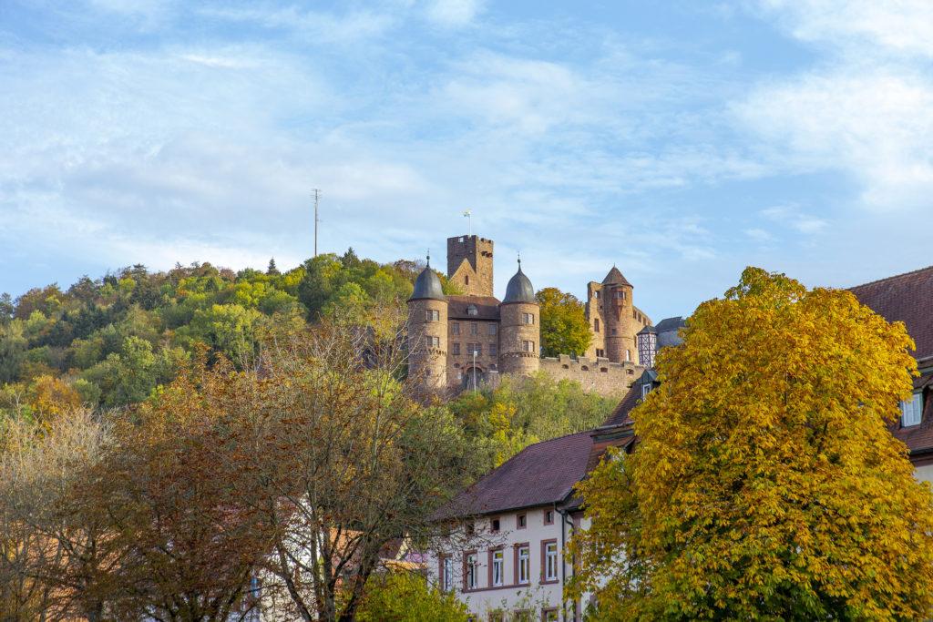 Über Wertheim steht unübersehbar die Burg Wertheim.