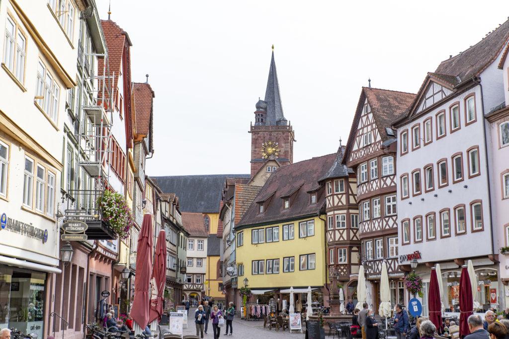 Der Marktplatz von Wertheim, im Hintergrund die Stiftskirche St. Marien.