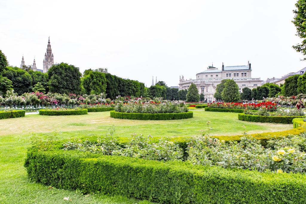 Beim Blick zurück überragen Rathaus und Burgtheater den Park