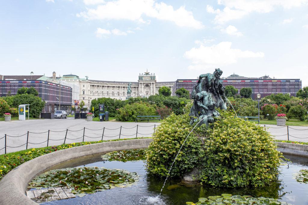 Über den Heldenplatz, ein erster Blick auf die Hofburg