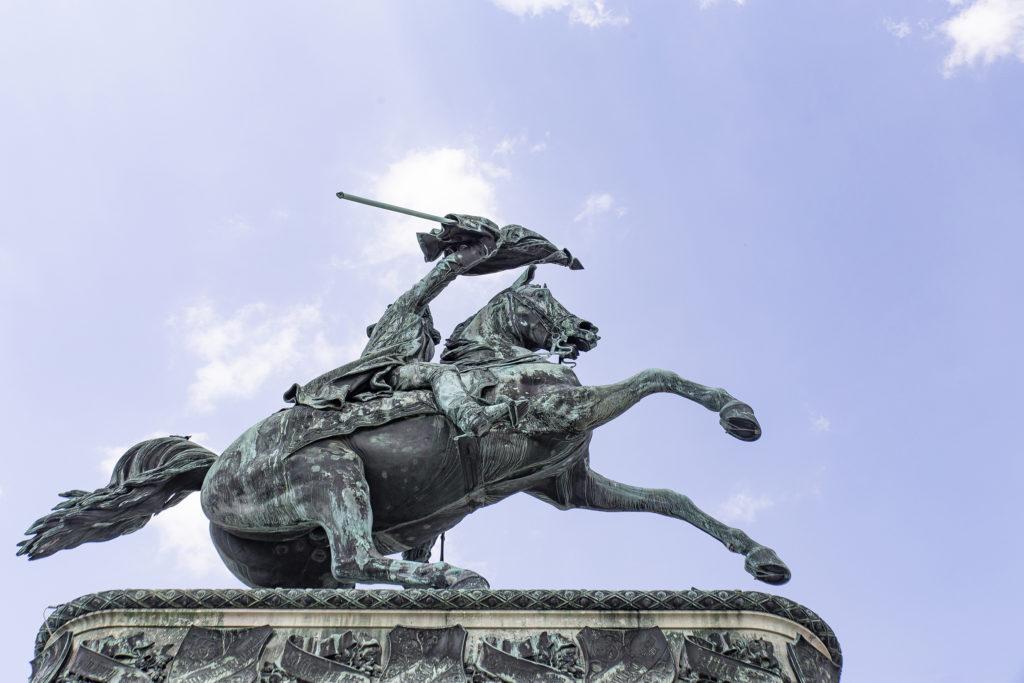 Erzherzog Karl wacht schwungvoll über den Heldenplatz