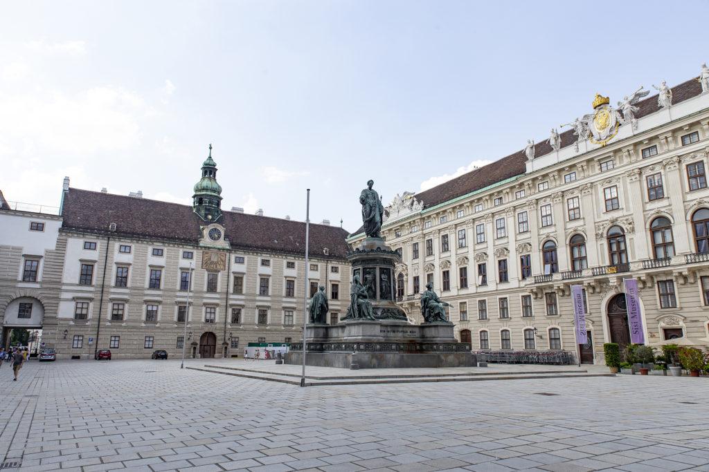 Der Innenhof der Hofburg, der von Kaiser Franz dominiert wird