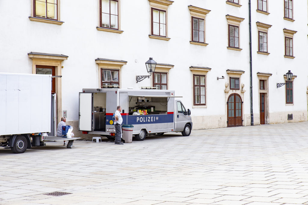Würstelkultur in Wien: Sogar die Polizei hat für Einsätze einen eigenen Würstelstand