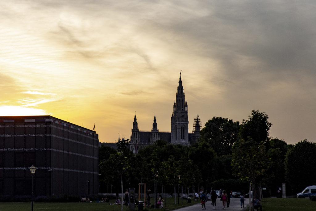 Das Rathaus im Sonnenuntergang vom Heldenplatz aus fotografiert.
