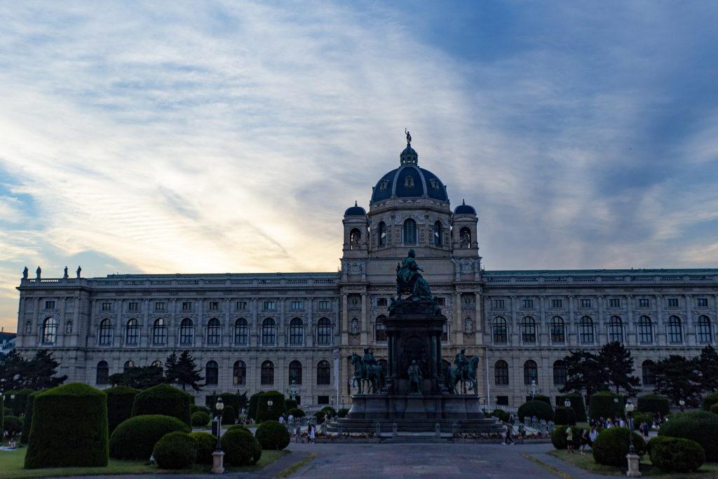 Maria Theresia wacht über den Platz mit den Zwillingsmuseen – dem Naturhistorischen Museum (im Bild) und dem kunsthistorisches Museum Wien.