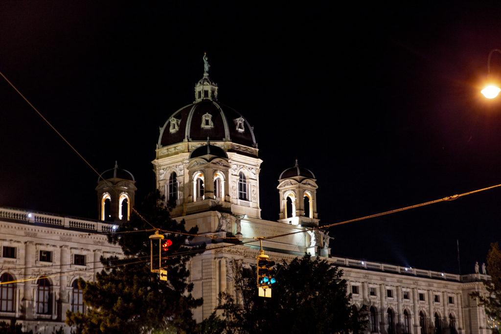 Auch bei Nacht ein schöner Anblick: das Naturhistorische Museum.