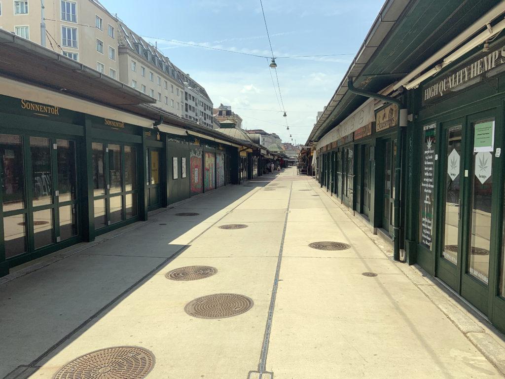 Der Naschmarkt ist ein kulinarisches Highlight jeden Wienbesuchs. Sonntags ist die Zeile mit den Marktständen jedoch recht einsam.