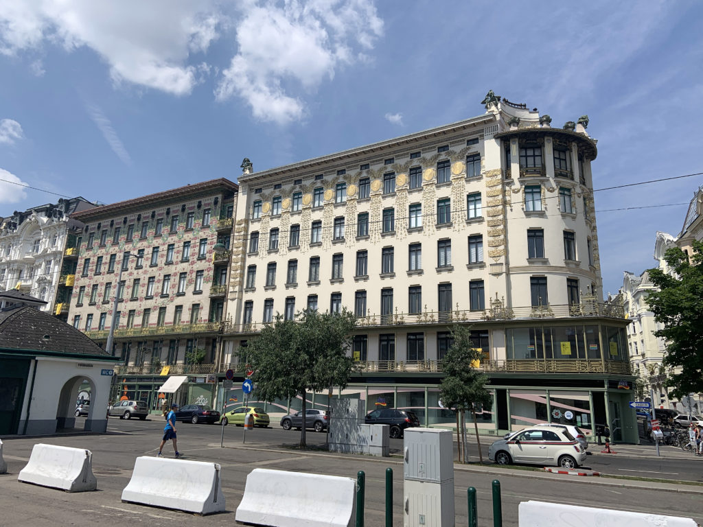 Am einen Ende des Naschmarkts stehen drei Jugendstil-Häuser von Otto Wagner.