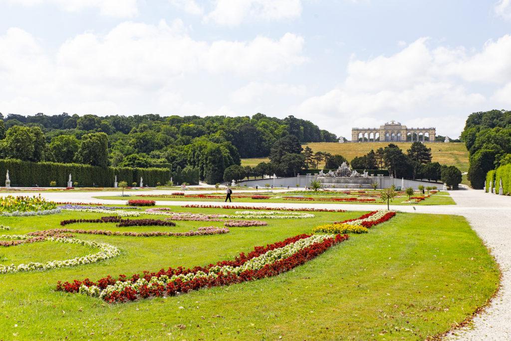 Der Blick über die wunderschönen Gärten hin zur Gloriette.