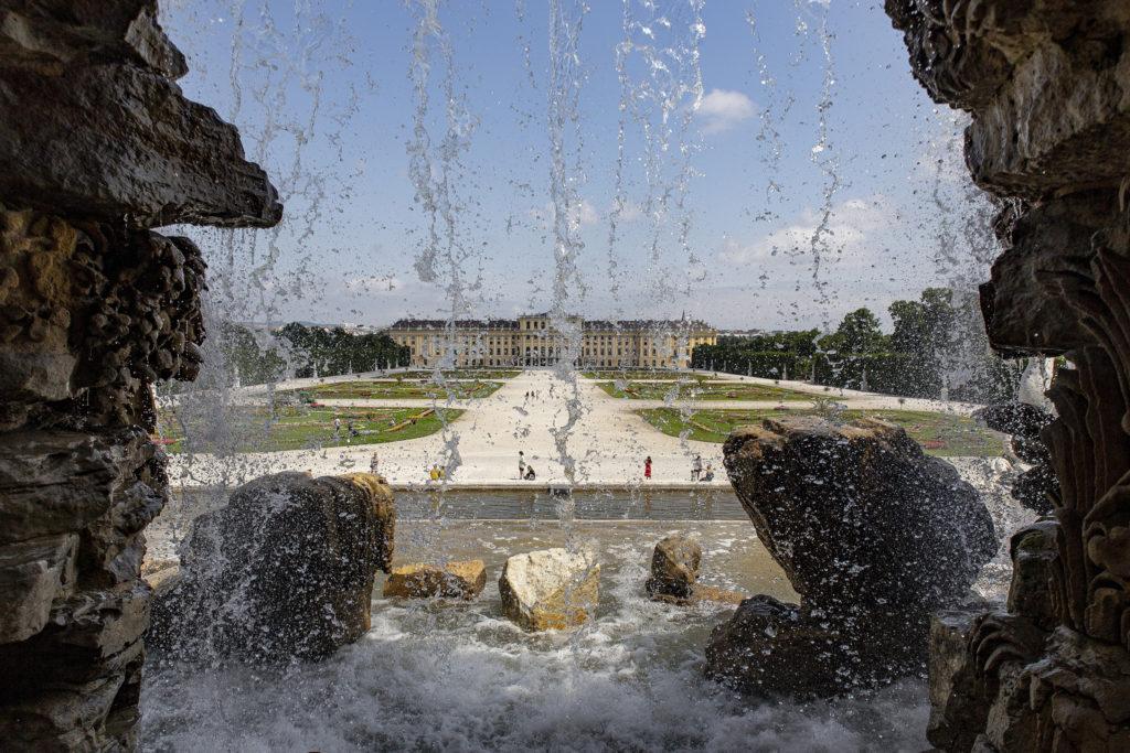 Durch den Brunnen geblickt – Neptuns Aussicht auf Schloss Schönbrunn.