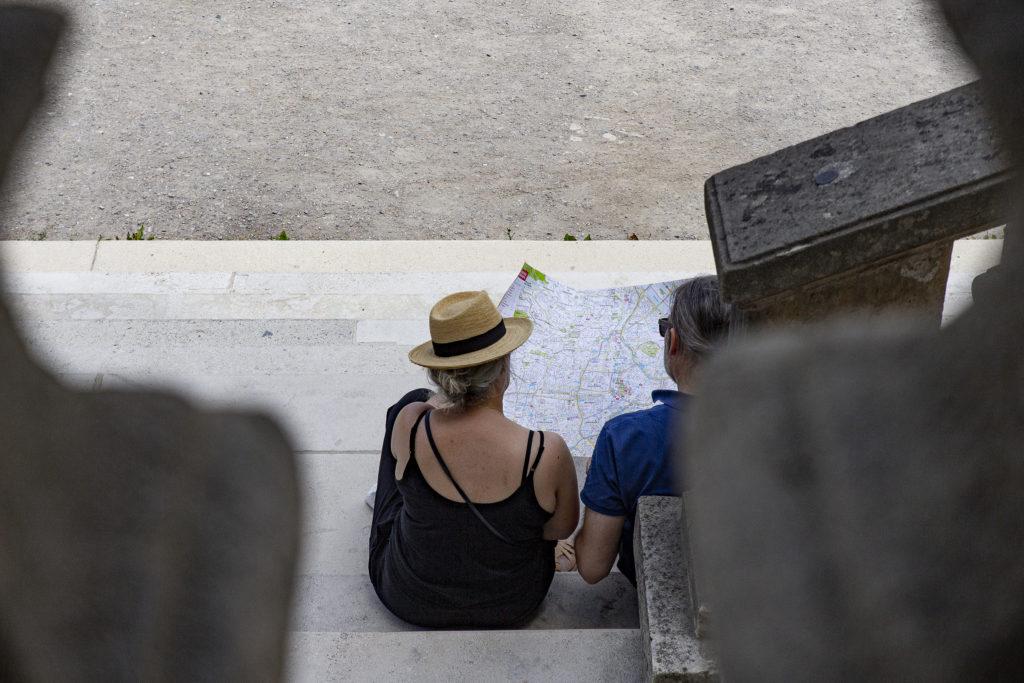 Es gibt noch analoge Touristen, die sich auf einer Karte orientieren.