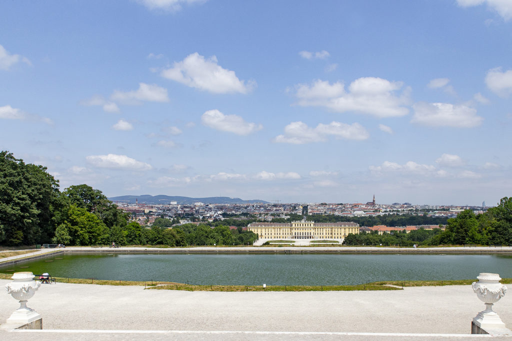 Die Aussicht von der Gloriette über Schloss und Stadt.