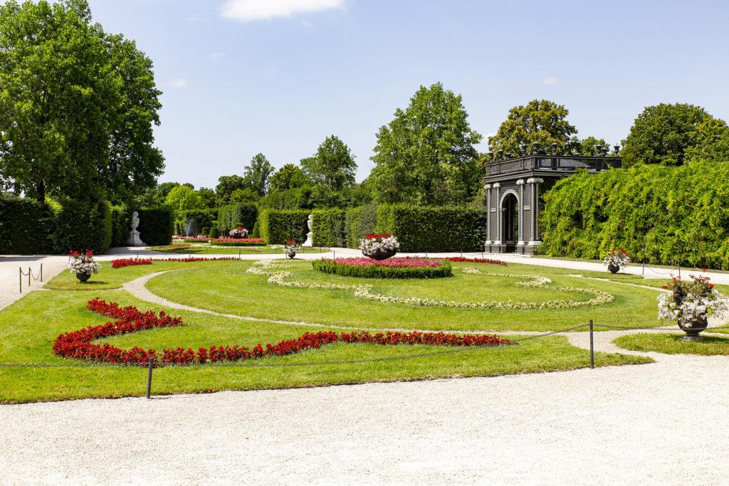 Zauberhafte, liebevoll gepflegte Gärten laden in Schönbrunn zum Schlendern und Verweilen an.