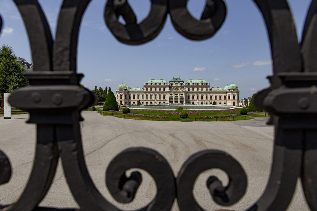"""Das """"normale"""" Volk konnte früher vermutlich auch nur durchs Tor auf das Obere Belvedere schauen."""